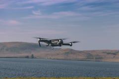 Κηφήνας που πετά μετά από την απογείωση στοκ φωτογραφίες με δικαίωμα ελεύθερης χρήσης