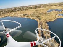 Κηφήνας που πετά πέρα από τις λίμνες και το έλος Στοκ Εικόνες