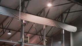 Κηφήνας που πετά πέρα από το πάτωμα Κίνηση Quadrocopter υψηλή στο EXPO φιλμ μικρού μήκους