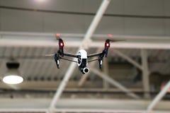 Κηφήνας που πετά σε ένα βιομηχανικό εργοστάσιο εσωτερικό στοκ εικόνες με δικαίωμα ελεύθερης χρήσης