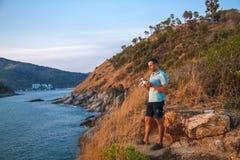 Κηφήνας που πετά στο ηλιοβασίλεμα πέρα από τη θάλασσα Άτομο που προσγε στοκ φωτογραφίες