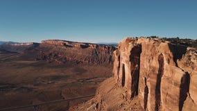 Κηφήνας που πετά την πολύ υψηλή κοντινή ογκώδη αμερικανική κορυφογραμμή βουνών ερήμων, επικός ηλιόλουστος ορίζοντας απότομων βράχ απόθεμα βίντεο