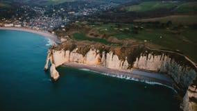 Κηφήνας που πλησιάζει την επική άσπρη ακτή κόλπων απότομων βράχων κιμωλίας και που καταπλήσσει κυανή τη θάλασσα κοντά στην όμορφη φιλμ μικρού μήκους