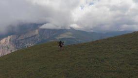 Κηφήνας που πυροβολείται ενός τουρίστα με ένα σακίδιο πλάτης επάνω το λόφο απόθεμα βίντεο
