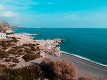 Κηφήνας που πυροβολείται στην Ελλάδα με τη συμπαθητική παραλία και την μπλε θάλασσα στοκ φωτογραφίες με δικαίωμα ελεύθερης χρήσης