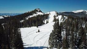 Κηφήνας που πυροβολείται των χιονωδών διαδρομών οχήματος για το χιόνι βουνών στοκ φωτογραφία με δικαίωμα ελεύθερης χρήσης
