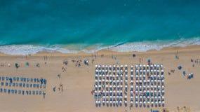 Κηφήνας που πυροβολείται όμορφος μιας παραλίας με τις ομπρέλες στοκ φωτογραφίες με δικαίωμα ελεύθερης χρήσης