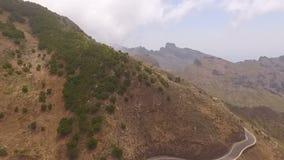 Κηφήνας που πυροβολείται ενός μεγάλου πράσινου βουνού στην υδρονέφωση απόθεμα βίντεο