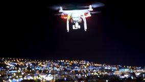 Κηφήνας πτήσης νύχτας πέρα από την ακτή της πόλης τη νύχτα απόθεμα βίντεο