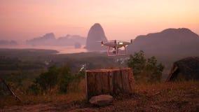 Κηφήνας Copter που απογειώνεται στο πάρκο ενάντια στην όμορφη ανατολή με τα βουνά στο υπόβαθρο Nga Phang, Ταϊλάνδη απόθεμα βίντεο