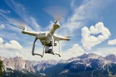 Κηφήνας copter που πετά με τη κάμερα στα βουνά Στοκ Εικόνες