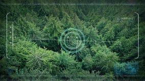 Κηφήνας POV στρατού που πετά πέρα από τη δασική κοιλάδα ελεύθερη απεικόνιση δικαιώματος