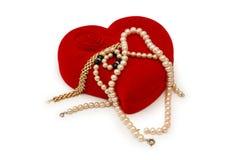 κιβωτίων βραχιολιών μαργαριτάρια καρδιών που διαμορφώνονται χρυσά στοκ εικόνα με δικαίωμα ελεύθερης χρήσης
