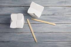 Κιβώτια από κάτω από τα κινεζικά τρόφιμα σε έναν ξύλινο γκρίζο πίνακα Στοκ Εικόνες