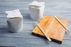 Κιβώτια από κάτω από τα κινεζικά τρόφιμα σε έναν ξύλινο γκρίζο πίνακα Στοκ Εικόνα