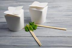 Κιβώτια από κάτω από τα κινεζικά τρόφιμα σε έναν ξύλινο γκρίζο πίνακα Στοκ φωτογραφία με δικαίωμα ελεύθερης χρήσης