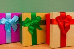 κιβώτια για τα δώρα στα Χριστούγεννα, πράσινο υπόβαθρο, διακοπές, δώρα Χριστουγέννων Στοκ Φωτογραφία