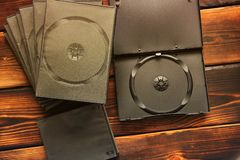 Κιβώτια για τις κινήσεις του CD σε ένα ξύλινο υπόβαθρο στοκ φωτογραφίες με δικαίωμα ελεύθερης χρήσης