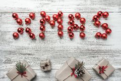 Κιβώτια διακοσμήσεων και δώρων Χριστουγέννων στο ξύλινο υπόβαθρο Στοκ Φωτογραφίες