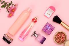 Κιβώτια δώρων, αρώματα γυναικών και καλλυντικά σε ένα ρόδινο υπόβαθρο στοκ φωτογραφίες