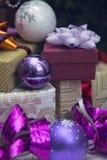 Κιβώτια δώρων και διακοσμήσεις Χριστούγεννο-δέντρων στοκ εικόνες με δικαίωμα ελεύθερης χρήσης