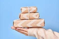 Κιβώτια δώρων λαβής χεριών γυναικών ` s Χριστούγεννα ή νέο διακοσμημένο έτος κιβώτιο δώρων Στοκ εικόνα με δικαίωμα ελεύθερης χρήσης
