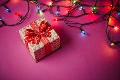 Κιβώτια δώρων με τις κόκκινες κορδέλλες ροζ εγγράφου ανασκόπησης Δώρα για το CH Στοκ Εικόνες