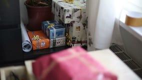 Κιβώτια δώρων σε μια γωνία απόθεμα βίντεο