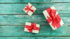 Κιβώτια δώρων στην πράσινη ανασκόπηση στοκ εικόνες με δικαίωμα ελεύθερης χρήσης