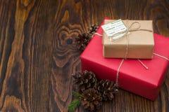 Κιβώτια δώρων στο έγγραφο κοκκίνου και τεχνών για το παλαιό ξύλινο υπόβαθρο Στοκ Εικόνα