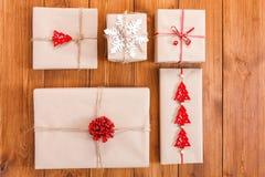 Κιβώτια δώρων στο ξύλο, χριστουγεννιάτικα δώρα στο έγγραφο τεχνών Στοκ φωτογραφία με δικαίωμα ελεύθερης χρήσης