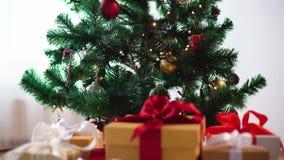 Κιβώτια δώρων στο χριστουγεννιάτικο δέντρο φιλμ μικρού μήκους