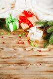 Κιβώτια δώρων τεχνών με την κορδέλλα χρώματος και το τόξο, πράσινο χριστουγεννιάτικο δέντρο, διακοσμήσεις, άσπρο καρό στο ξύλινο  Στοκ φωτογραφία με δικαίωμα ελεύθερης χρήσης