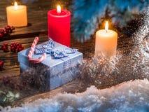 Κιβώτια δώρων, φω'τα κεριών και παγωμένο παράθυρο Στοκ Εικόνες