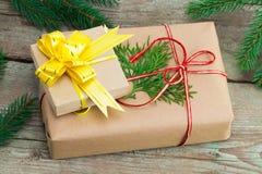 Κιβώτια δώρων Χριστουγέννων και χριστουγεννιάτικα δέντρα στο ξύλινο υπόβαθρο Στοκ φωτογραφία με δικαίωμα ελεύθερης χρήσης