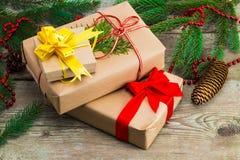 Κιβώτια δώρων Χριστουγέννων και χριστουγεννιάτικα δέντρα στο ξύλινο υπόβαθρο Στοκ Εικόνες