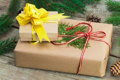 Κιβώτια δώρων Χριστουγέννων και χριστουγεννιάτικα δέντρα στο ξύλινο υπόβαθρο Στοκ εικόνες με δικαίωμα ελεύθερης χρήσης