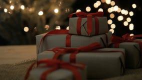 Κιβώτια δώρων Χριστουγέννων με τα φω'τα bokeh φιλμ μικρού μήκους