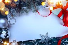 Κιβώτια δώρων Χριστουγέννων με τις κόκκινα κορδέλλες και το χριστουγεννιάτικο δέντρο decorat στοκ εικόνες