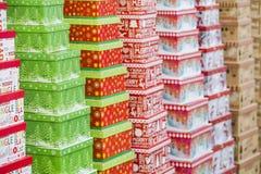 Κιβώτια δώρων Χριστουγέννων που στέκονται στις σειρές Σύσταση υποβάθρου των δώρων Στοκ Εικόνα