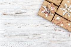 Κιβώτια δώρων Χριστουγέννων στον ξύλινο πίνακα Τοπ άποψη με το διάστημα αντιγράφων στοκ εικόνες με δικαίωμα ελεύθερης χρήσης