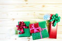 Κιβώτια δώρων Χριστουγέννων στον ξύλινο πίνακα Στοκ εικόνα με δικαίωμα ελεύθερης χρήσης