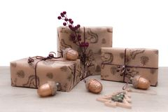 Κιβώτια δώρων Χριστουγέννων στο καφετί έγγραφο τεχνών με τα παιχνίδια γυαλιού Χριστουγέννων στοκ φωτογραφίες με δικαίωμα ελεύθερης χρήσης