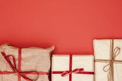 Κιβώτια δώρων Χριστουγέννων στο κόκκινο υπόβαθρο στοκ εικόνα