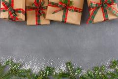 Κιβώτια δώρων Χριστουγέννων, τοπ άποψη με το διάστημα αντιγράφων στο γκρίζο επιτραπέζιο υπόβαθρο Το FIR, διακοσμημένο χιόνι Στοκ εικόνες με δικαίωμα ελεύθερης χρήσης