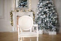 Κιβώτια δώρων χριστουγεννιάτικων δέντρων και Χριστουγέννων στο εσωτερικό με μια εστία στοκ εικόνα με δικαίωμα ελεύθερης χρήσης