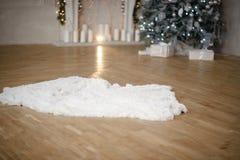 Κιβώτια δώρων χριστουγεννιάτικων δέντρων και Χριστουγέννων στο εσωτερικό με μια εστία στοκ φωτογραφίες με δικαίωμα ελεύθερης χρήσης