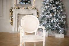 Κιβώτια δώρων χριστουγεννιάτικων δέντρων και Χριστουγέννων στο εσωτερικό με μια εστία στοκ φωτογραφίες
