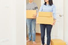Κιβώτια εκμετάλλευσης ζεύγους στο σπίτι τους - κινούμενη έννοια σπιτιών στοκ εικόνα με δικαίωμα ελεύθερης χρήσης