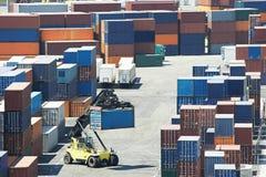 Κιβώτια εμπορευματοκιβωτίων φορτίου στο τερματικό αποβαθρών Στοκ Εικόνα